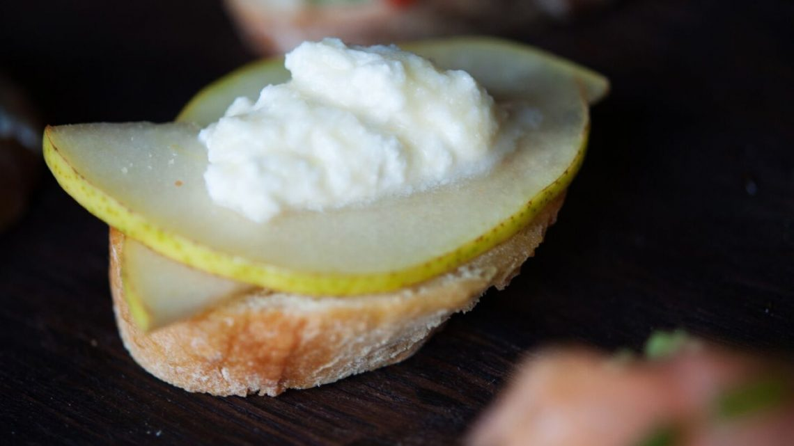 10 Ideas for Crostini: Ricotta, Pear, and Honey - (cool) progeny